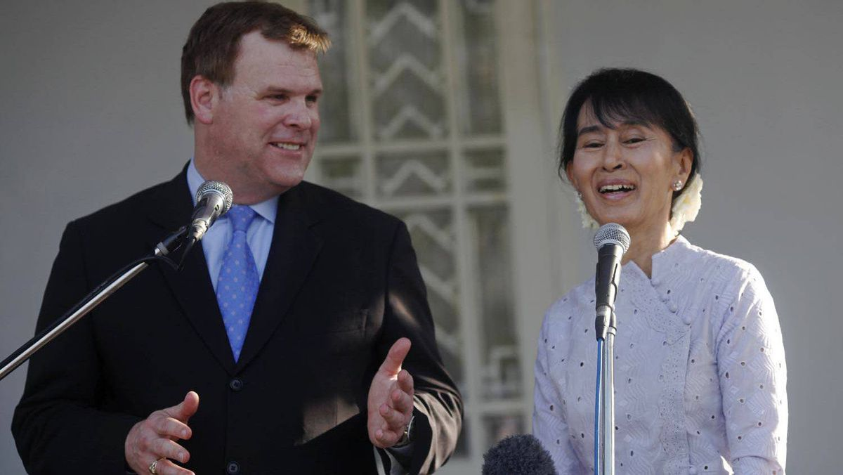 Myanmar's pro-democracy leader Aung San Suu Kyi and Foreign Minister John Baird talk to reporters after their meeting at Suu Kyi's home in Rangoon on March 8, 2012.