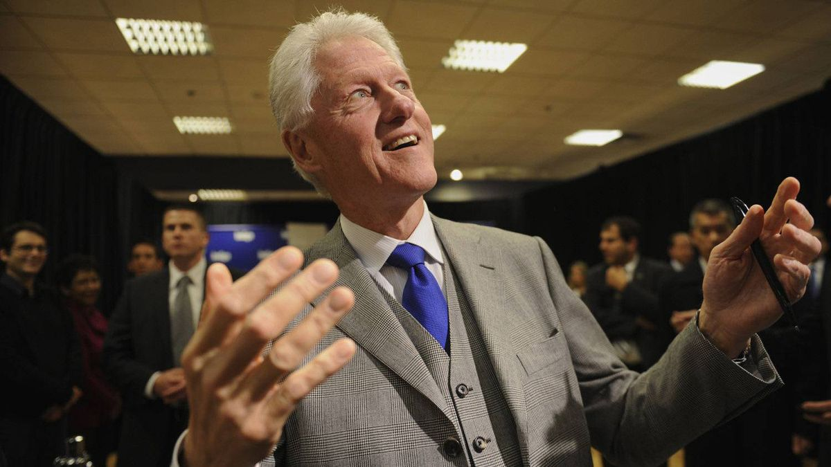 Former U.S. president Bill Clinton has presence when he comes into a room. He surprised journalists at a recent book signing by asking them whether they had any questions. He fielded several before going back to signing books.