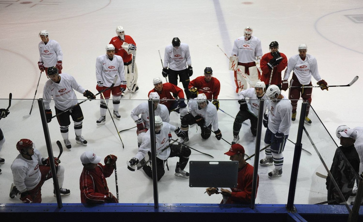Gary Roberts discusses tactics during the Biosteel training camp.