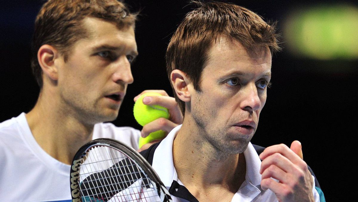 Max Mirnyi of Belarus (L) and his partner Daniel Nestor of Canada (R) talk between points against Bob Bryan of the US and his partner Mike Bryan of the US during their semi-final doubles match on day seven of the ATP World Tour Finals tennis tournament in London on November 26, 2011. Mirnyi and Nestor won the match 7-6 (8-6), 6-4 to book their place in the final. Getty Images / GLYN KIRK