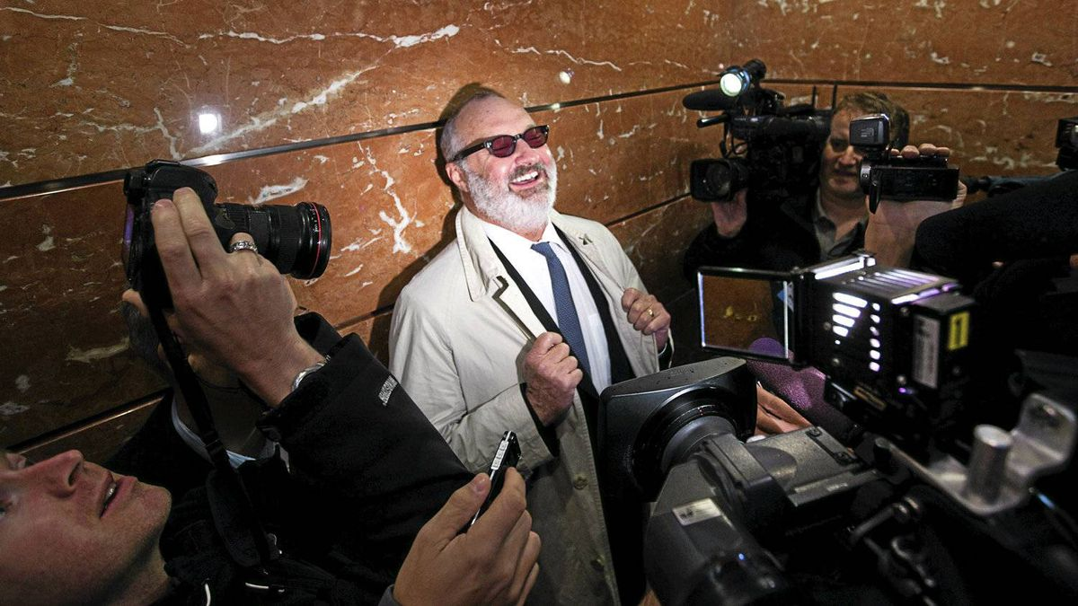 U.S. actor Randy Quaid jokes with media while riding in elevator up to Immigration Court prior to a hearing in Vancouver, British Columbia October 28, 2010. Quaid has requested asylum in Canada.
