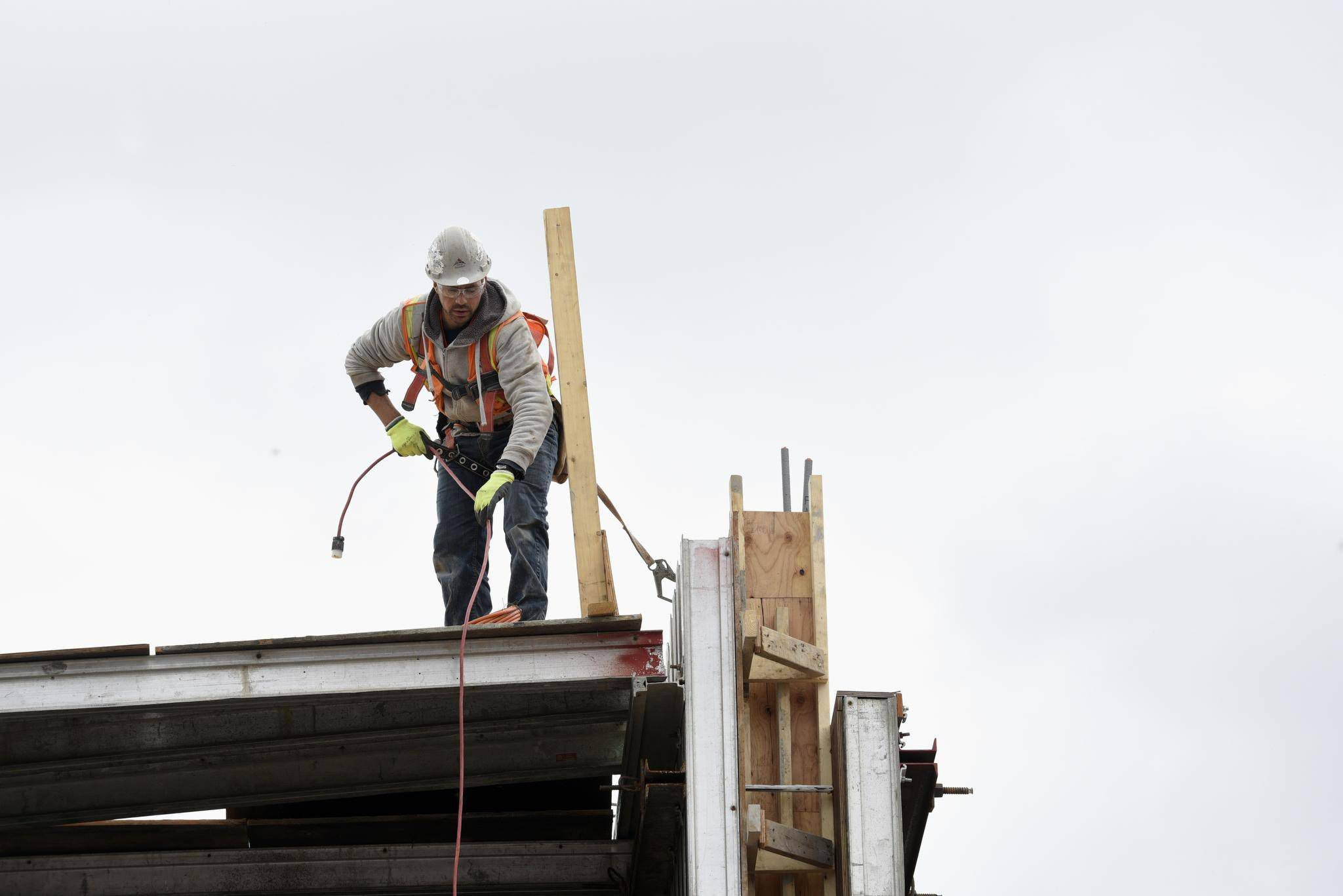 Falling jobless rate, rising wages unlikely to sway Bank of Canada