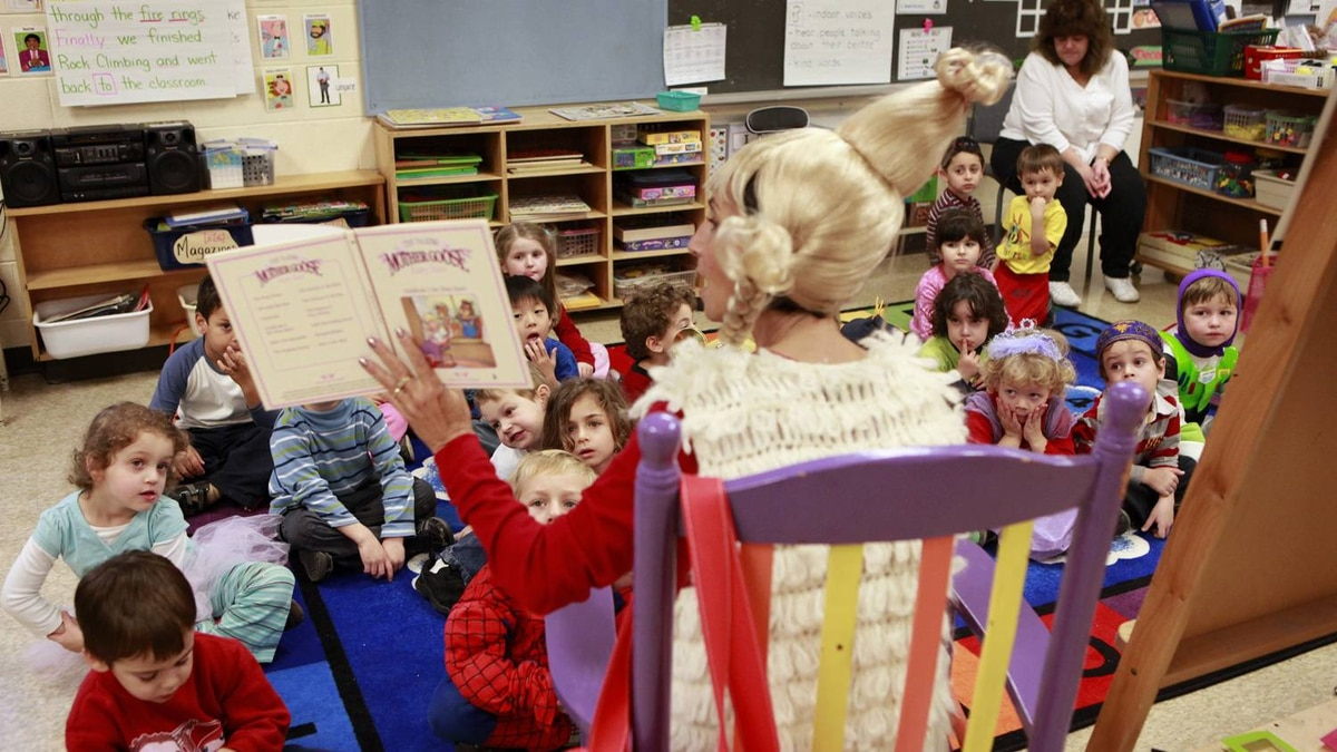 Cheryl Einhorn reads to her Junior Kindergarten class at Westminister Public School in Thornhill on Noveber 22, 2010. (Photo by Anne-Marie Jackson/ The Globe and Mail)