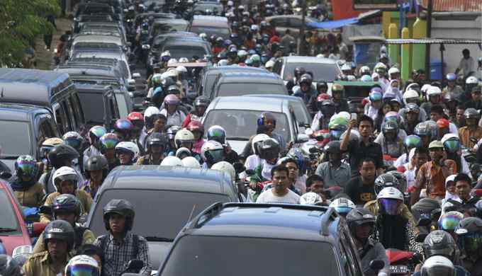 People riding motorbikes and cars packed the street in Banda Aceh after a strong earthquake struck Indonesia province April 11, 2012.