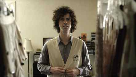 Despite his thirty-odd years, Hamish Linklater has an appealing boy-next-door quality, which is amplified by his affable headful of ringlets – a look shared by other engaging entertainers. Hamish Linklater: Movie-making mop top