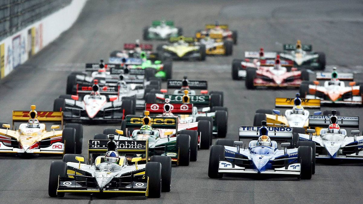 Dario Franchitti leads the pack at the start during the IZOD IndyCar Series MoveThatBlock.com Indy 225 at New Hampshire Motor Speedway on August 14, 2011 in Loudon, New Hampshire.