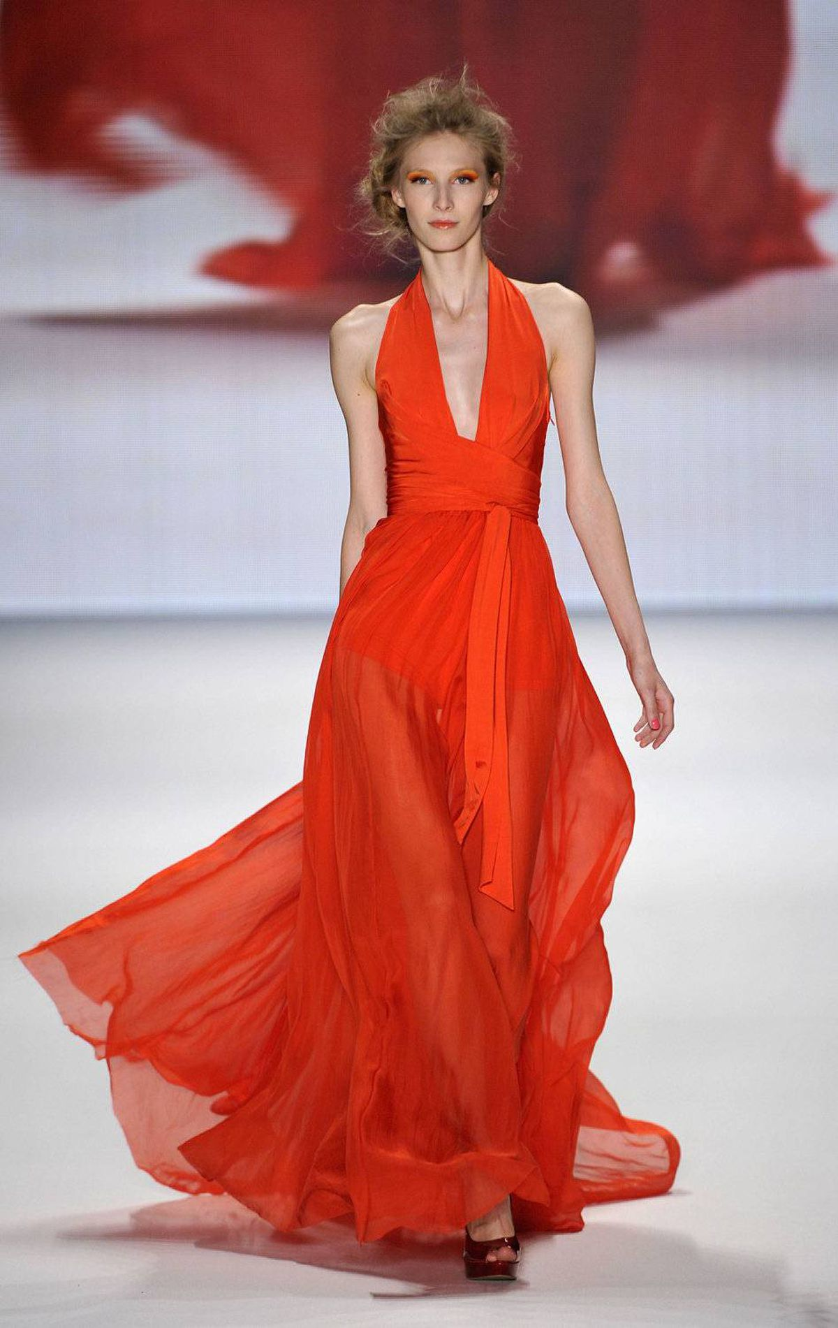 And then there are the pretty clothes. Oh so pretty. Even Simon Cowell would look like a million bucks in this number.