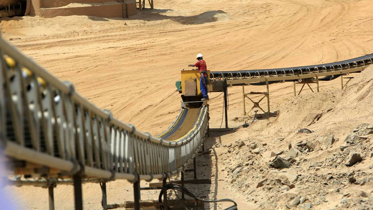 A worker is pictured next to a conveyor belt at the Ariab mine September 28, 2011. The Ariab mine in east Sudan's Red Sea state, the country's largest single gold mining operation, is run by a partnership between Sudan's government and Canada's La Mancha. Sudan plans to more than double its gold output in two years partly to help make up for a possible fall in oil revenues after the independence of its crude-oil producing south in July, Sudan's Minerals Minister Abdelbagi Gailani Ahmed said in April.