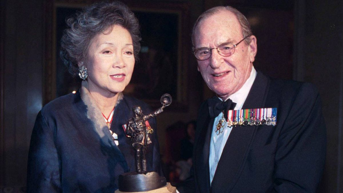 Barney Danson receives the Vimy Award from Adrienne Clarkson, then the governor general of Canada.