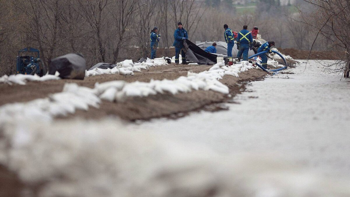Crews set up an Aqua dam on top of the southern dike of the Assiniboine River in Brandon, Manitoba on Monday, May 9, 2011. The high water levels of the Assiniboine River are threatening surrounding communities.
