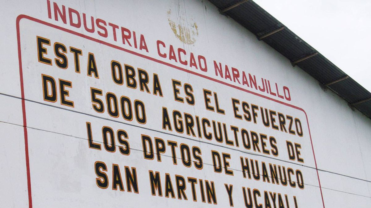 A sign outside the Naranjillo cocoa processing plant, where La Siembra sources its cocoa, highlights that 5,000 farmers contribute to this Peruvian co-op.