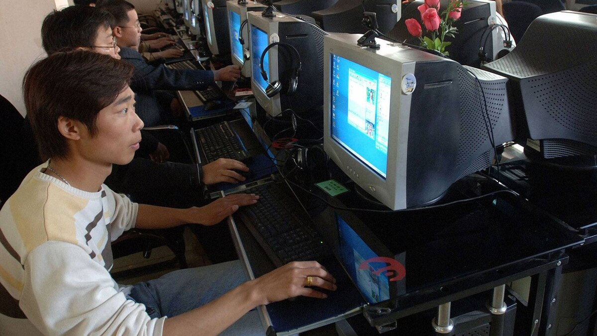 People use the computers at an internet cafe in Hefei, capital of China's Anhui province April 26, 2006.