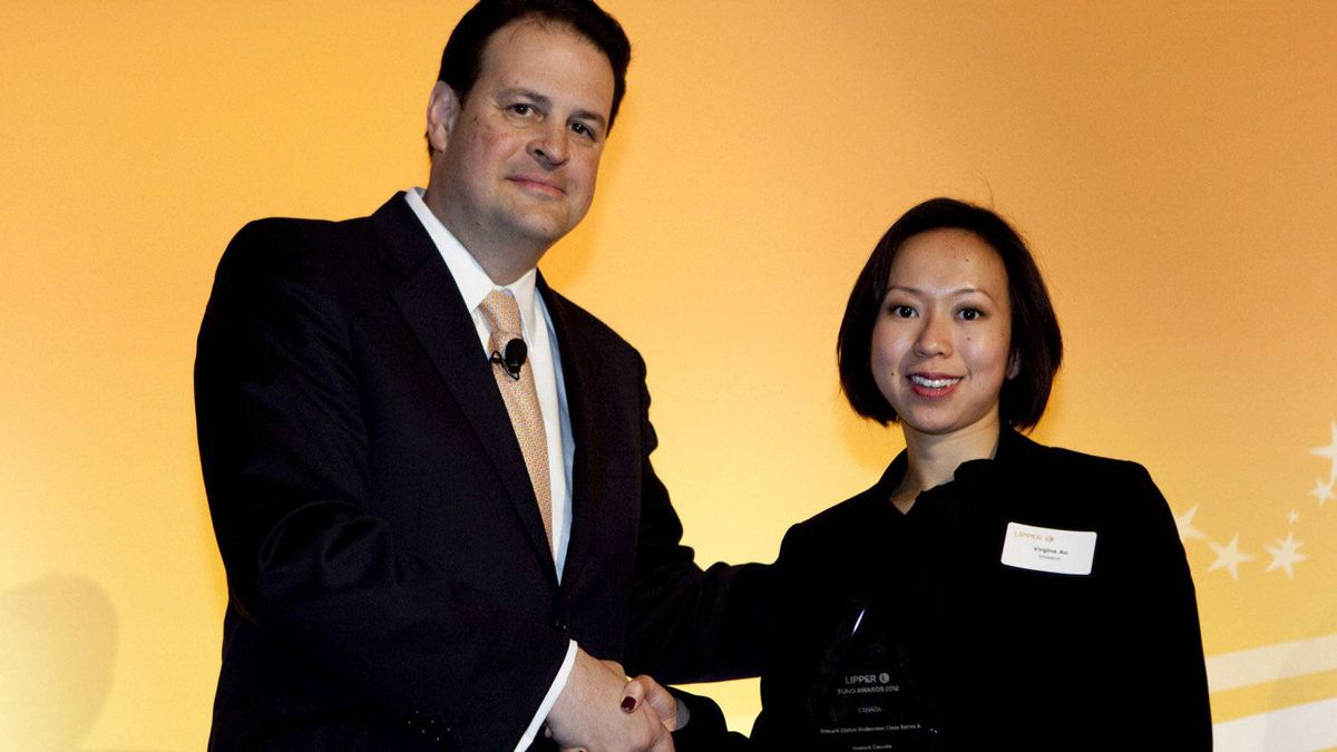 Jim Weber of Thomson Reuters with Virginia Au, who accepts the award for Trimark Global Endeavour Class Series A.