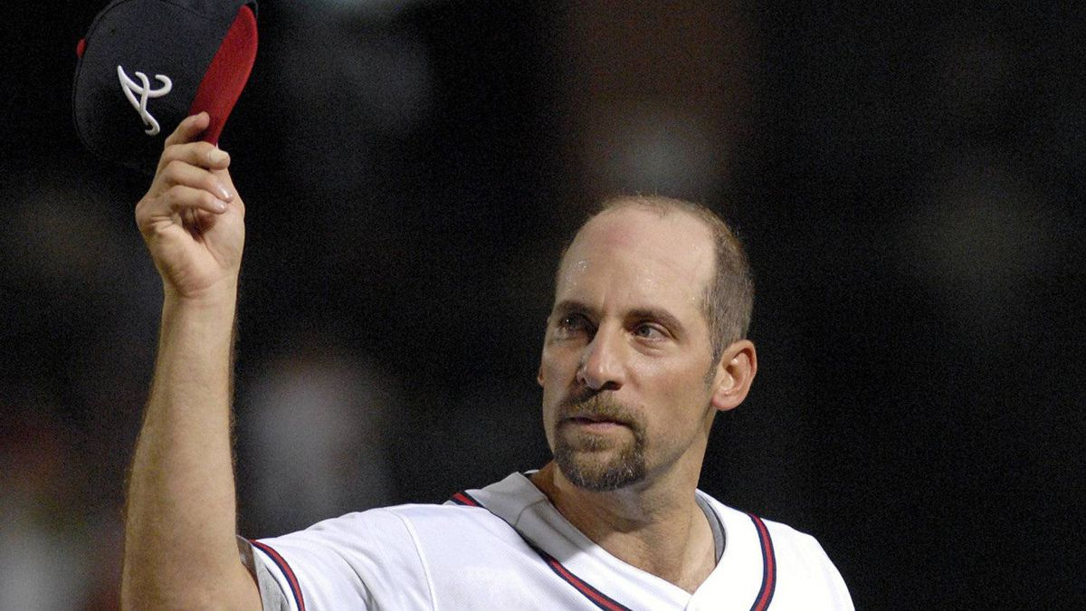 Atlanta Braves starter John Smoltz tips his hat to the fans as he leaves the game after giving up a hit to Washington Nationals' Ronnie Belliard, ending Smoltz's bid for a no-hitter, during the eighth inning of a baseball game Friday, Sept. 7, 2007, at Turner Field in Atlanta. The Braves won 7-1.