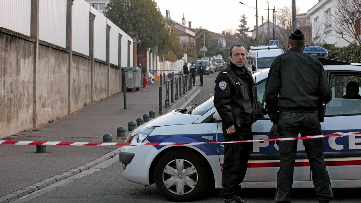 French police stand guard as they provide security outside the Ozar Hatorah Jewish school a day after the shooting in Toulouse, southwestern France, March 20, 2012.