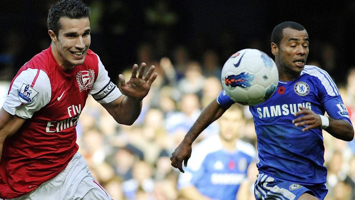 Arsenal's Robin Van Persie (L) and Chelsea's Ashley Cole run for the ball during their English Premier League soccer match at Stamford Bridge in London October 29, 2011. REUTERS/Dylan Martinez