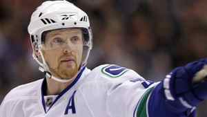 Vancouver Canucks' Henrik Sedin points at a team-mate during the first period of their NHL hockey game against the Los Angeles Kings in Los Angeles April 1, 2010. REUTERS/Lucy Nicholson