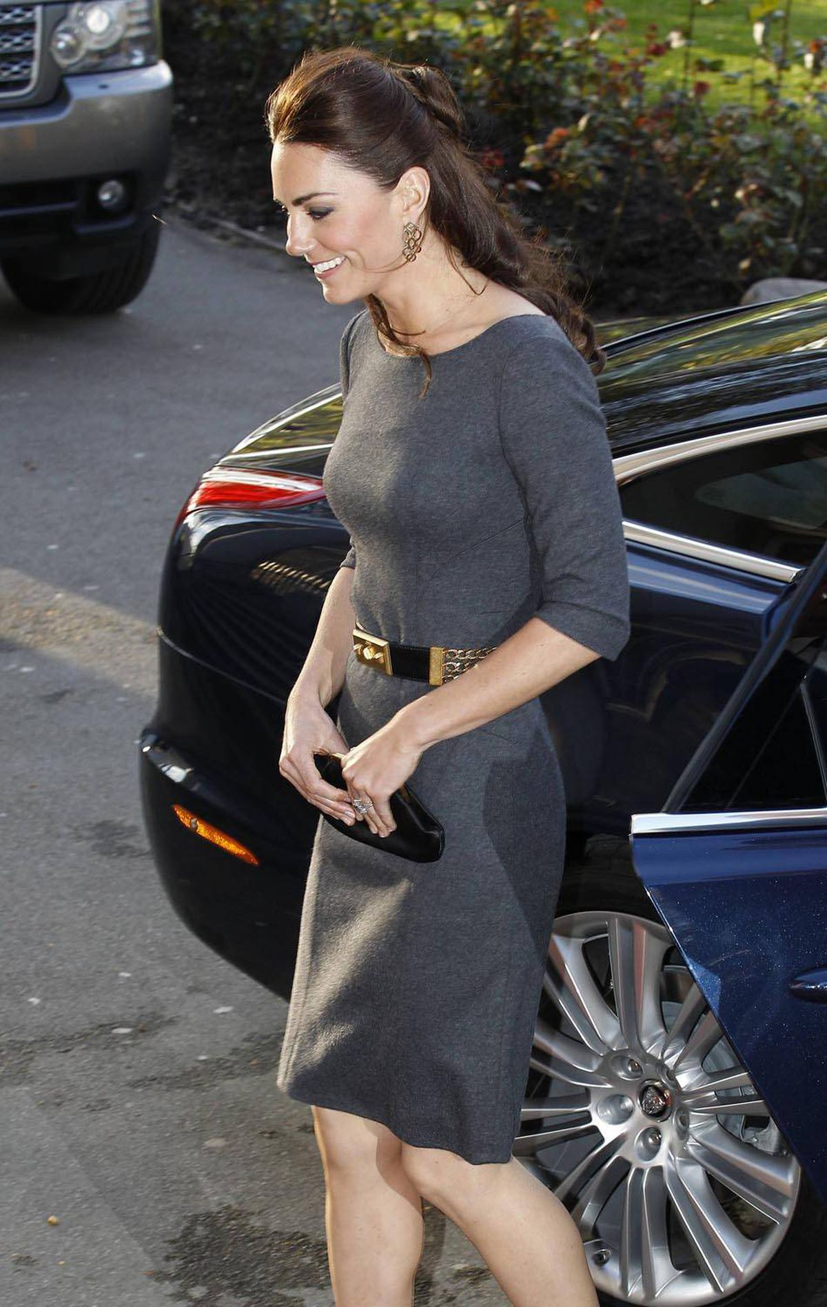 Later that day she changes into a form-fitting dress by Amanda Wakeley for a stop at the Imperial War Museum.