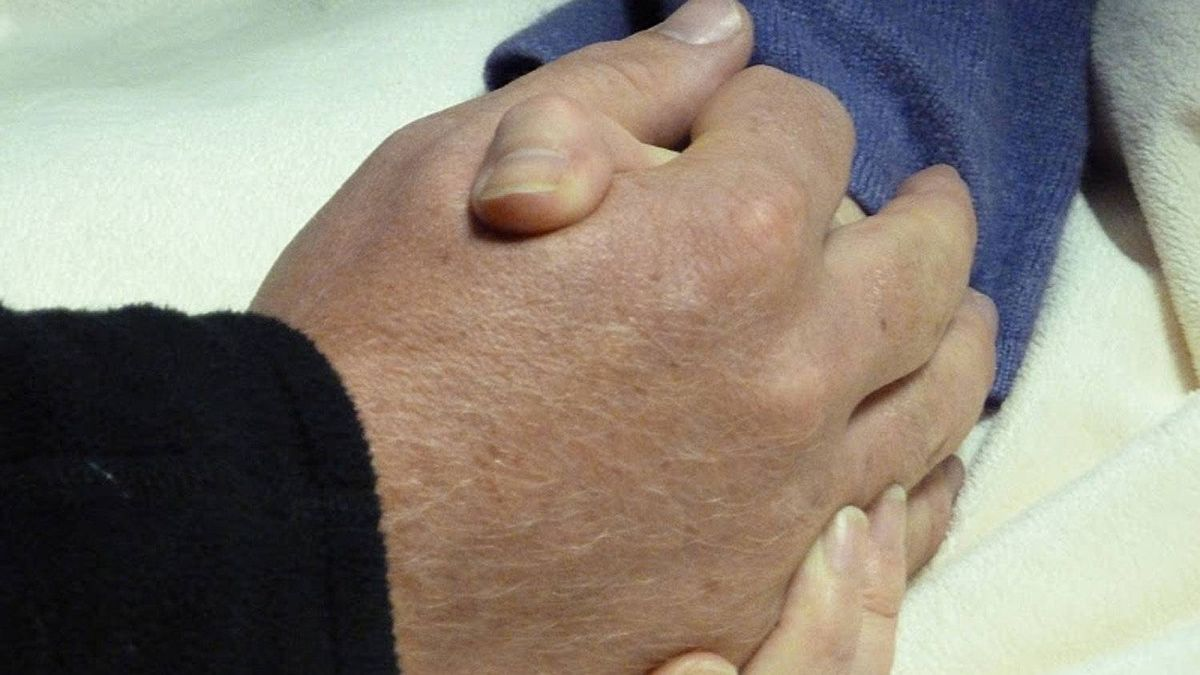 Simon Pearce and Carolyn Cross hold hands as they meet in hospital. Mr. Pearce rescued Ms. Cross from the burning wreckage of a plane that crashed near Vancouver airport.