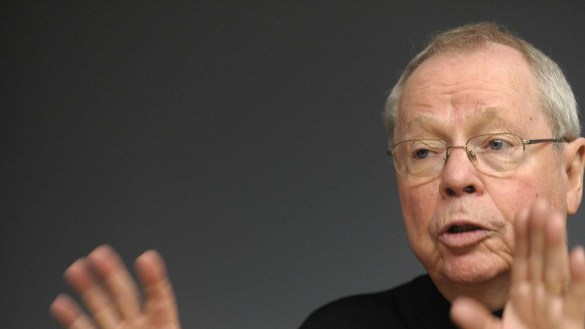 On Sept 17 2010, David Crombie was one of four former Toronto mayors gathered at the Globe and Mail to discuss the upcoming Toronto municipal elections.