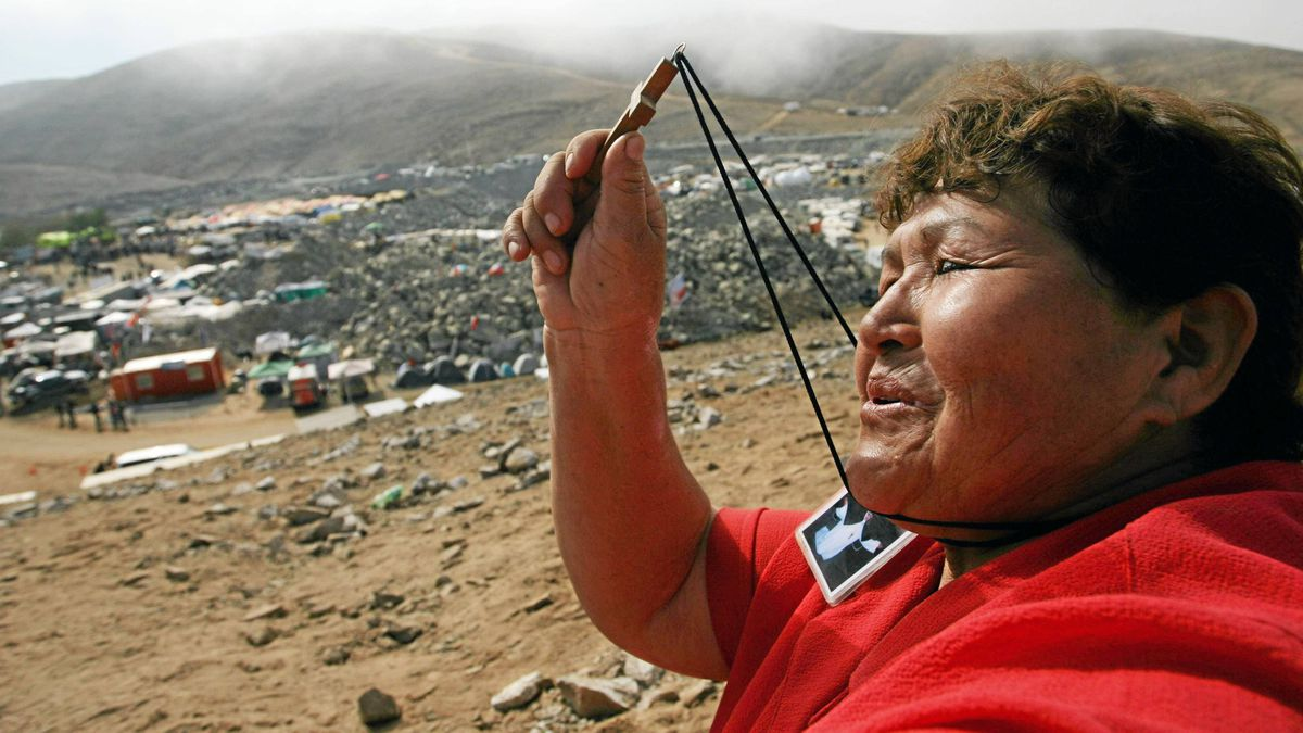 A woman prays near the mining encampment at Copiapo, Chile, October 9, 2010.