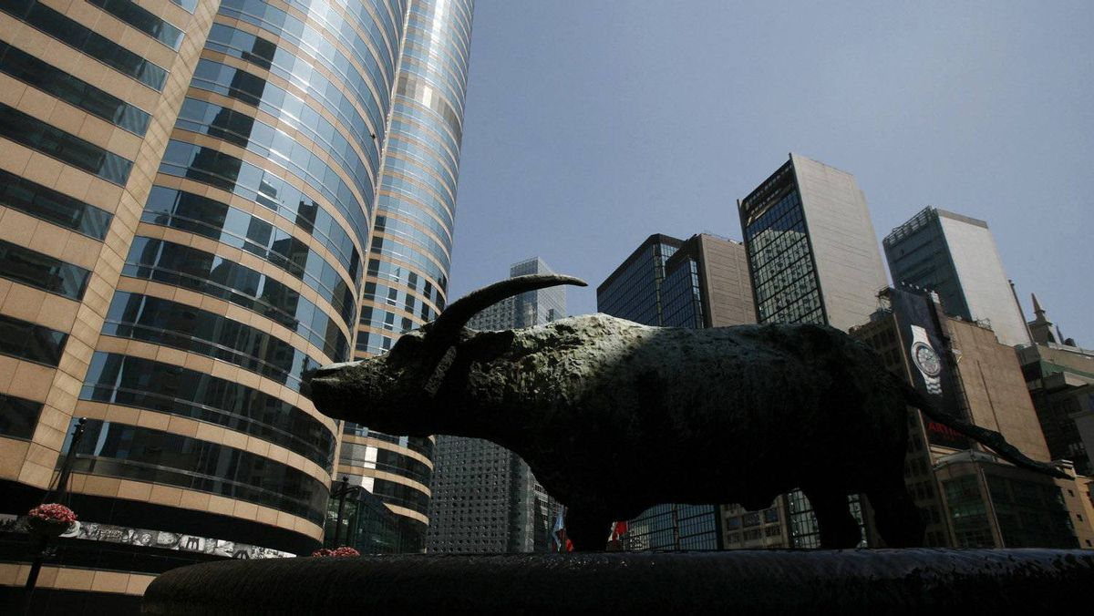 A statue of a bull is seen outside Exchange Square (L), where the trading hall of the Hong Kong Stock Exchange is located, May 24, 2010.