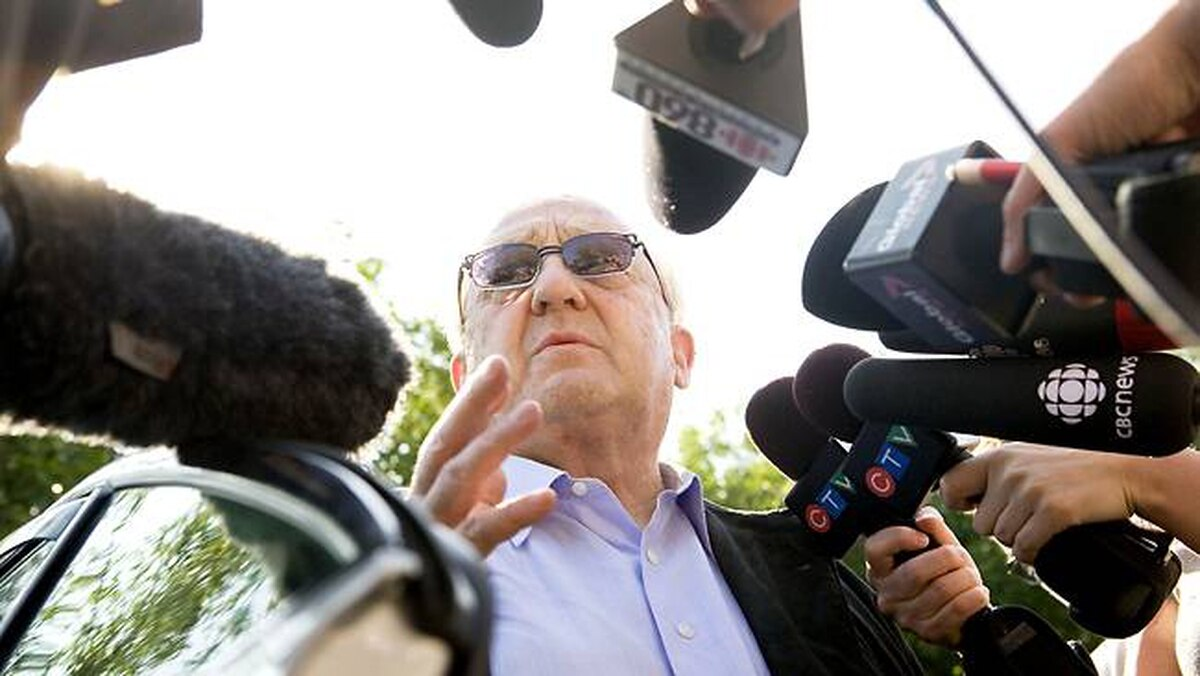 Karlheinz Schreiber speaks to the media before entering the Toronto West Detention Centre on August 2, 2009.