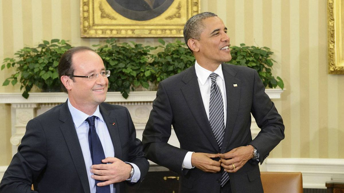 U.S. President Barack Obama (R) and French President Francois Hollande button their jackets following their bilateral meeting in the Oval Office of the White House in Washington May 18, 2012.