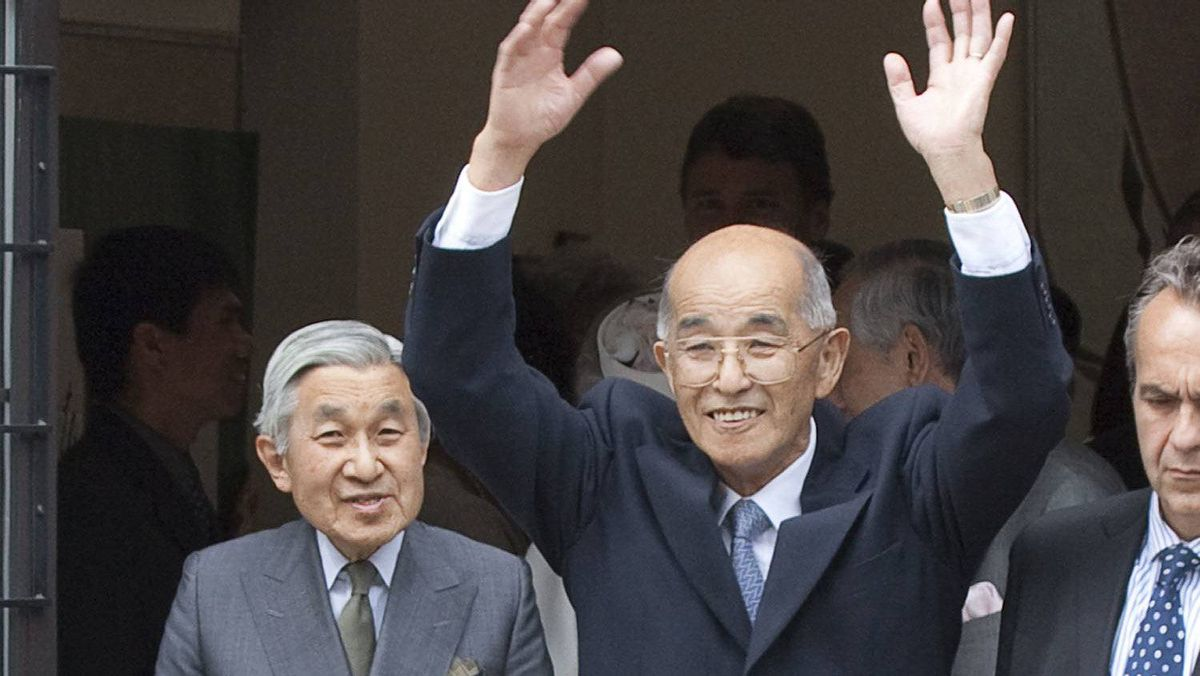 Cy Saimoto, centre, got a chance to escort visiting Japanese Emperor Akihito, left, in Vancouver in July 2009.