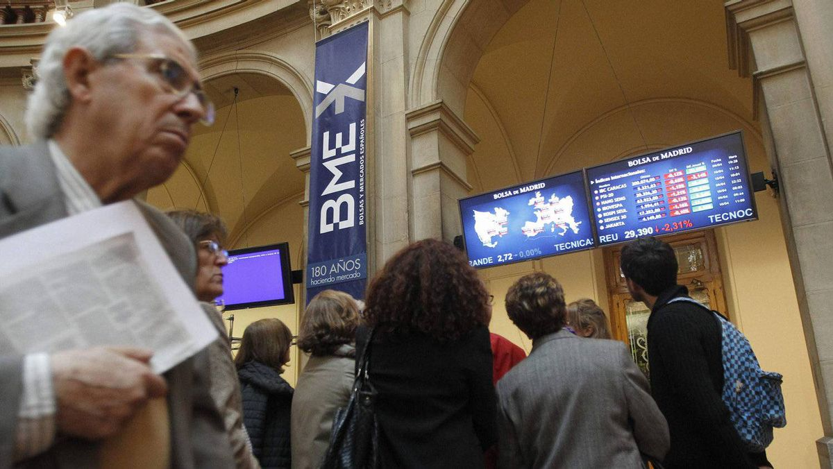 Visitors look at computer screens at Madrid's bourse as shares in Europe's biggest companies fell April 10. Fidelity Worldwide is struggling to stay ahead of the pack of money managers invested in Europe.