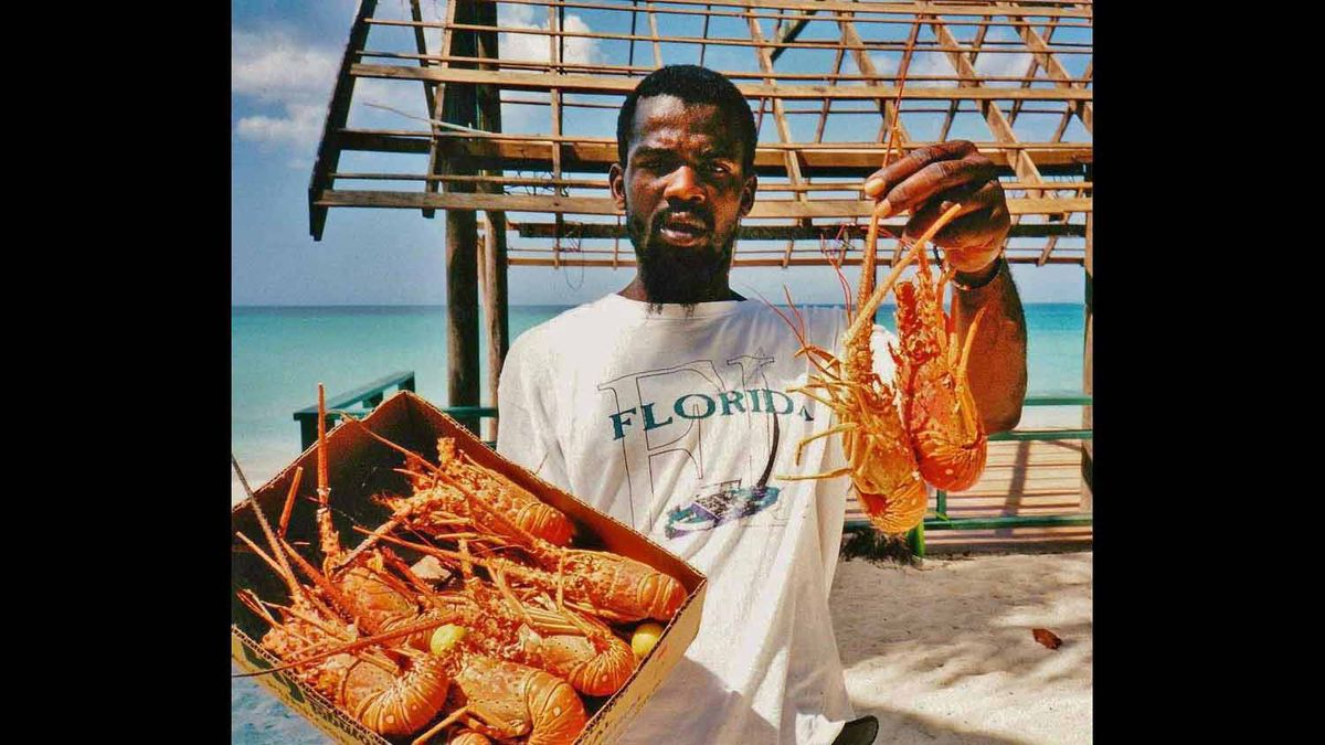 LOBSTER SALESMAN, SEVEN MILE BEACH, NEGRIL, WESTMORELAND, JAMAICA