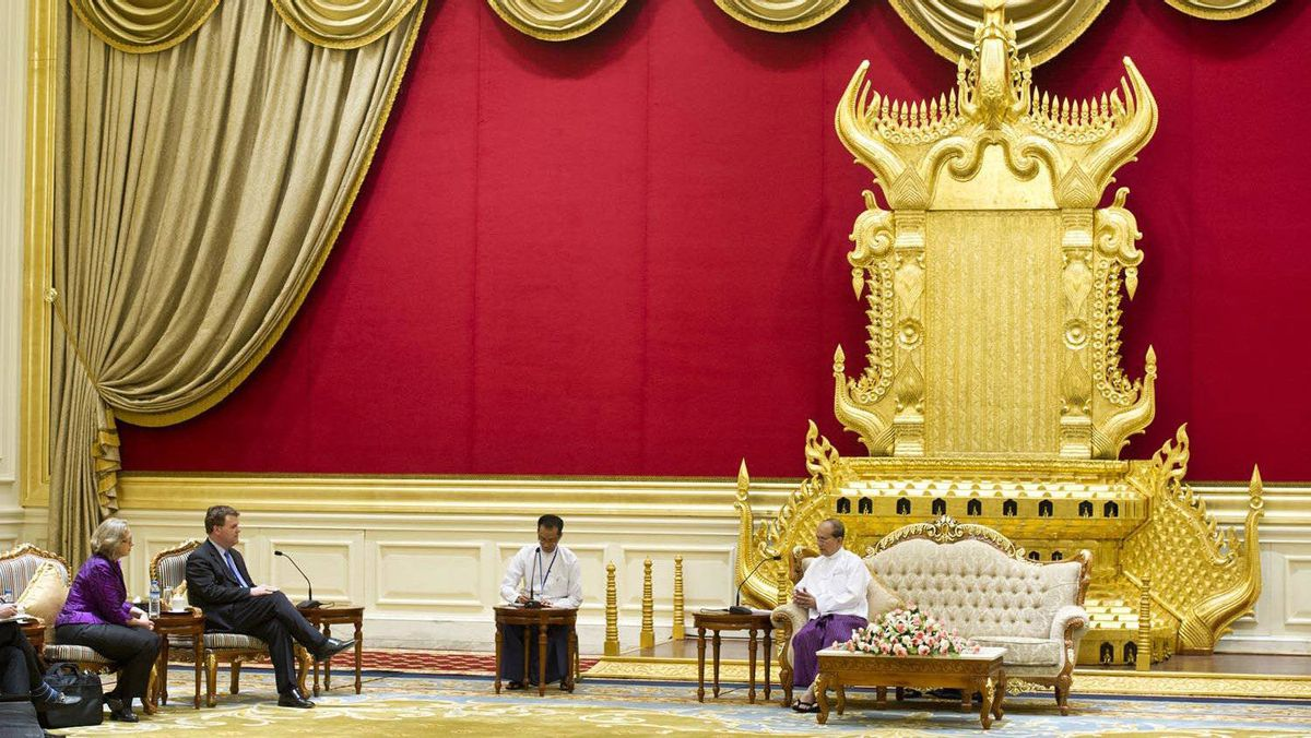 Foreign Affairs Minister John Baird, second left, meets Myanmar President Thein Sein at the golden palace in Naypyitaw, Myanmar, on March 8, 2012.