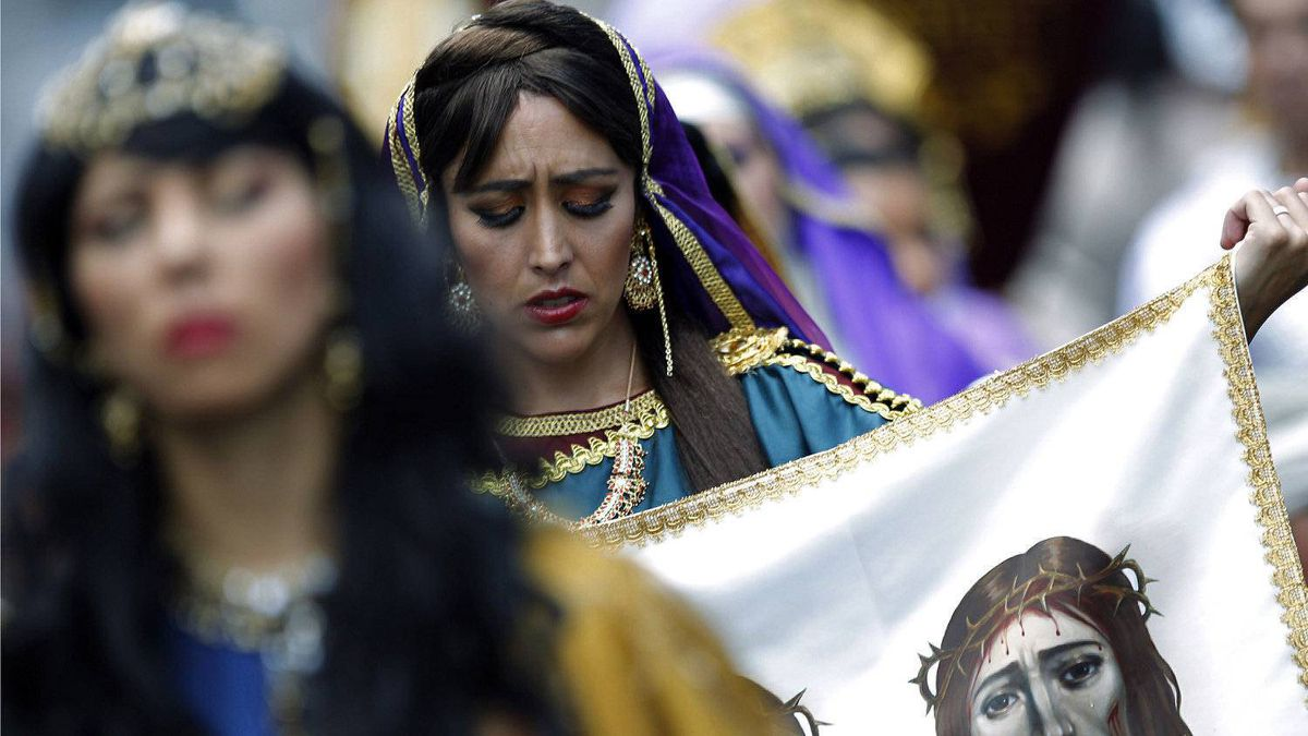 A woman penitent holds up a piece of cloth representing the Shroud of Turin as her participates in the traditional Via Crucis (Way of the Cross) procession on Good Friday in San Jose April 6, 2012. Thousands of Catholics participate in the event that remembers the suffering and death of Jesus Christ.