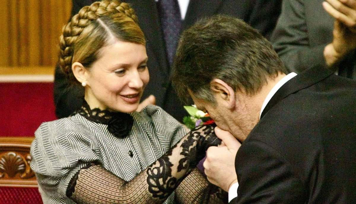 Ukrainian President Viktor Yushchenko kisses the hand of newly approved Prime Minister Yulia Tymoshenko during a parliamentary session in Kiev, February 4, 2005. Ukraine's new President Yushchenko appointed a reformist cabinet on Friday with a prominent place for ministers committed to implementing reforms to move towards European Union membership. REUTERS/Gleb Garanich