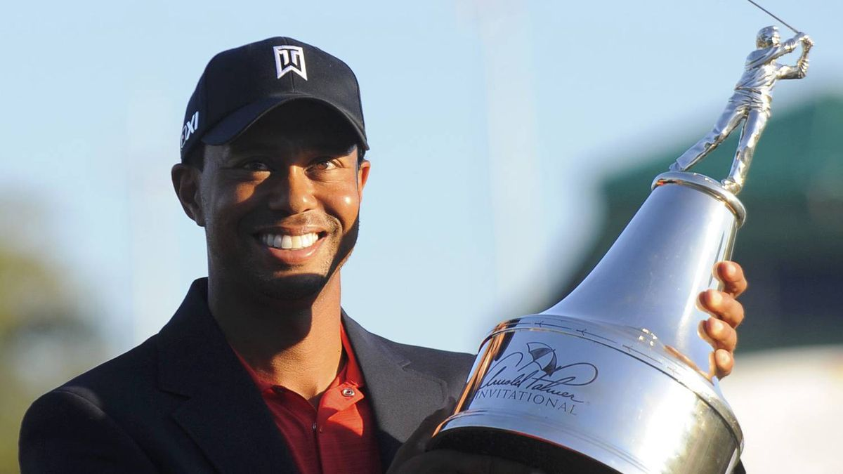 Tiger Woods holds the trophy after winning the Arnold Palmer Invitational PGA golf tournament in Orlando, Florida, March 25, 2012. REUTERS/Brian Blanco