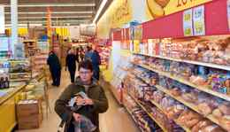A steady stream of customers shop the aisles at Tony's No Frills supermarket on Upper James Street in Hamilton.