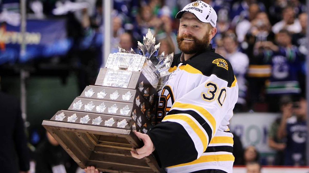 Boston Bruins goalie Tim Thomas holds up the Conn Smythe trophy after blanking the Vancouver Canucks 4-0.