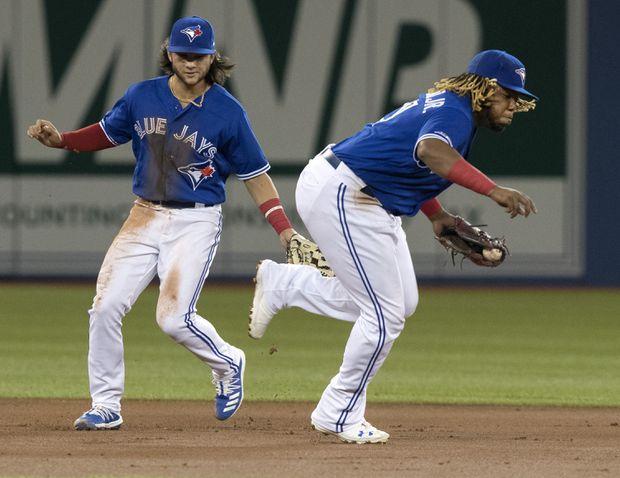 Vladimir Guerrero Jr. leaves Blue Jays game in second inning with left-knee discomfort