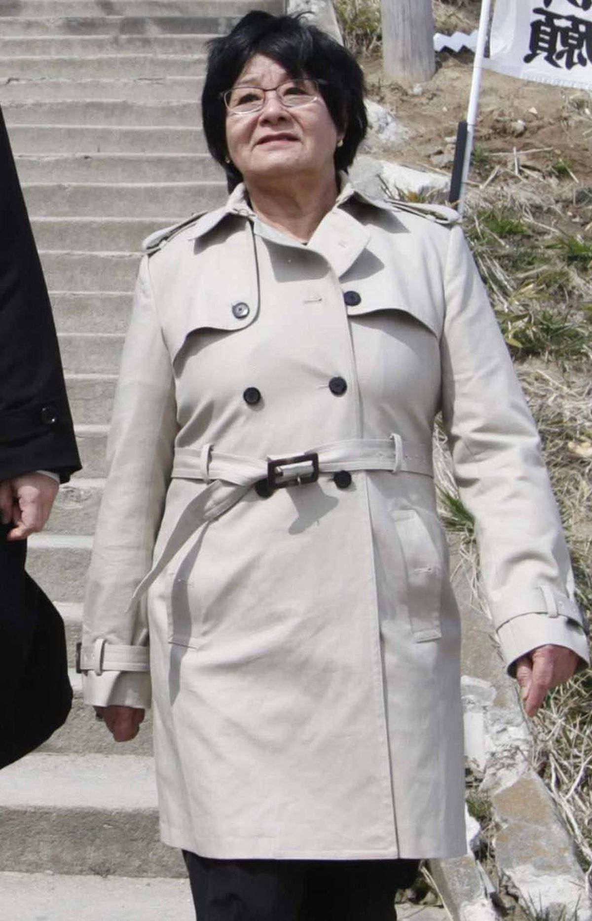 "Jet-set celebrity Canadian cabinet minister Bev Oda wore this stylin' trench coat to the series finale wrap party of the television series ""House M.D."" in Los Angeles last week."
