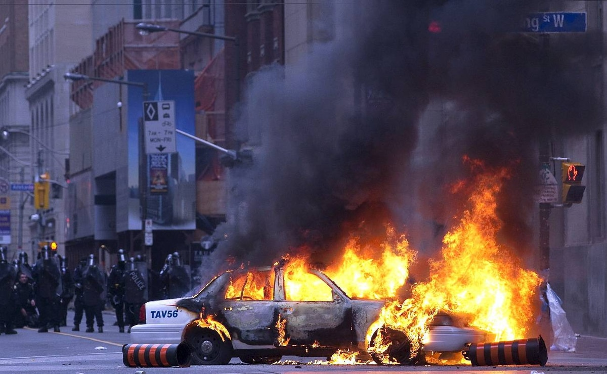 A police car burns after anti G20 summit protesters set fire to it in downtown Toronto on Saturday, June 26, 2010. THE CANADIAN PRESS/Frank Gunn