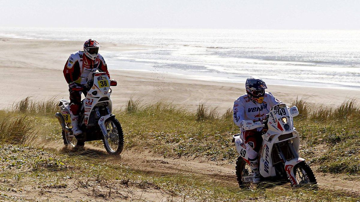 France's Arnaud Besnier (L) rides his Aprilia and Poland's Marek Dabrowski on his KTM during the first stage of the fourth South American edition of the Dakar Rally from Mar Del Plata to Santa Rosa de la Pampa January 1, 2012.