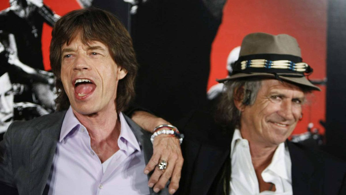 """Rolling Stones band members Mick Jagger (L) and Keith Richards smile during a news conference regarding the documentary film """"Shine A Light"""" directed by Martin Scorsese about the Rolling Stones in New York in this March 30, 2008 file photo."""