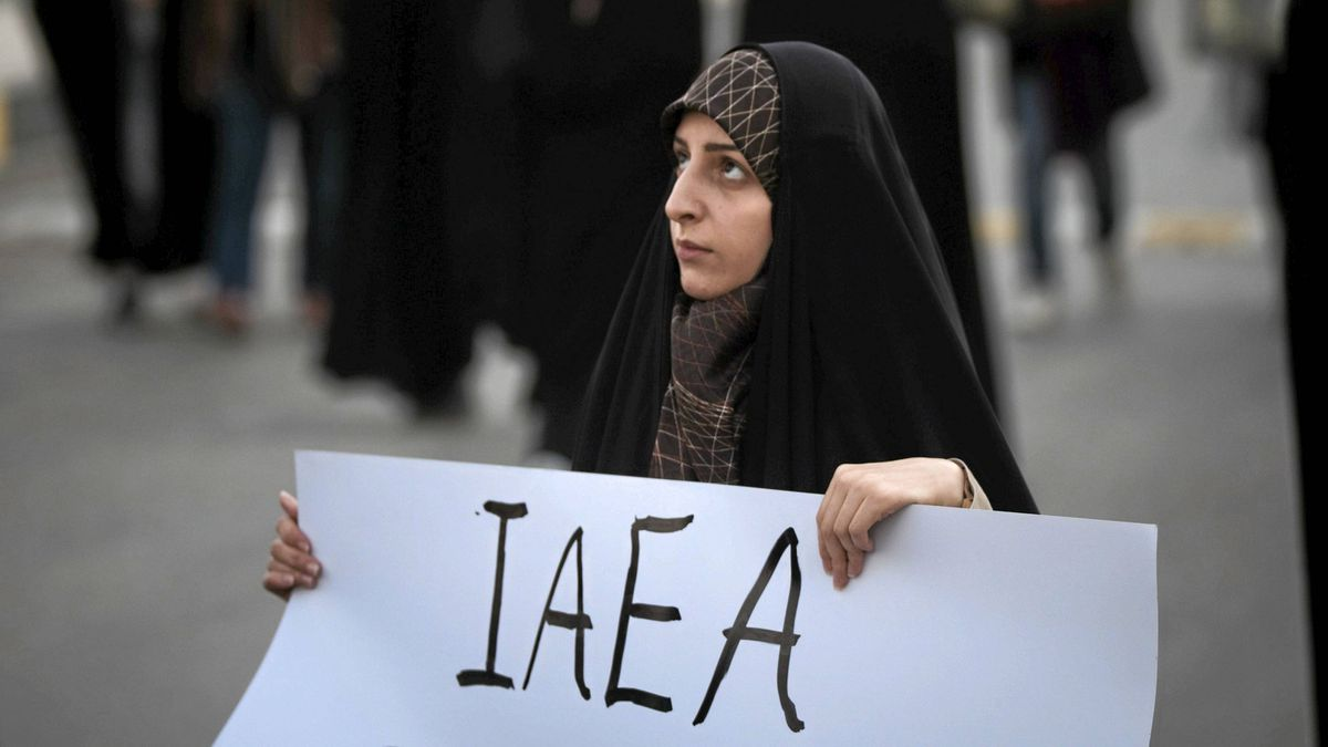 An Iranian student holds a placard as she attends a demonstration to show her support for Iran's nuclear program in Isfahan on November 15, 2011.