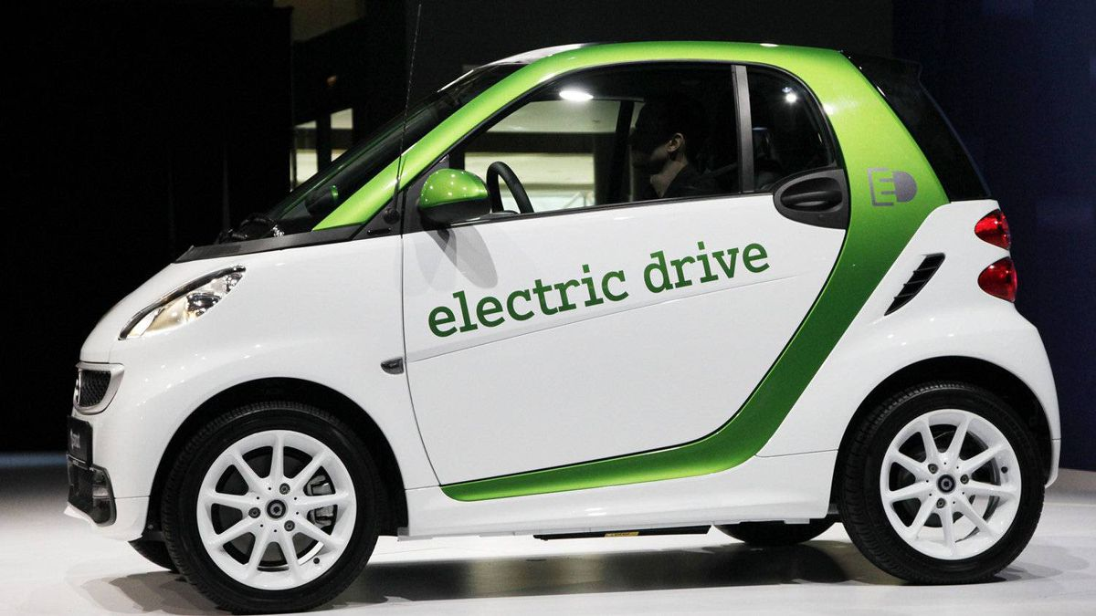 A 2013 Mercedes-Benz electric drive Smart Car.