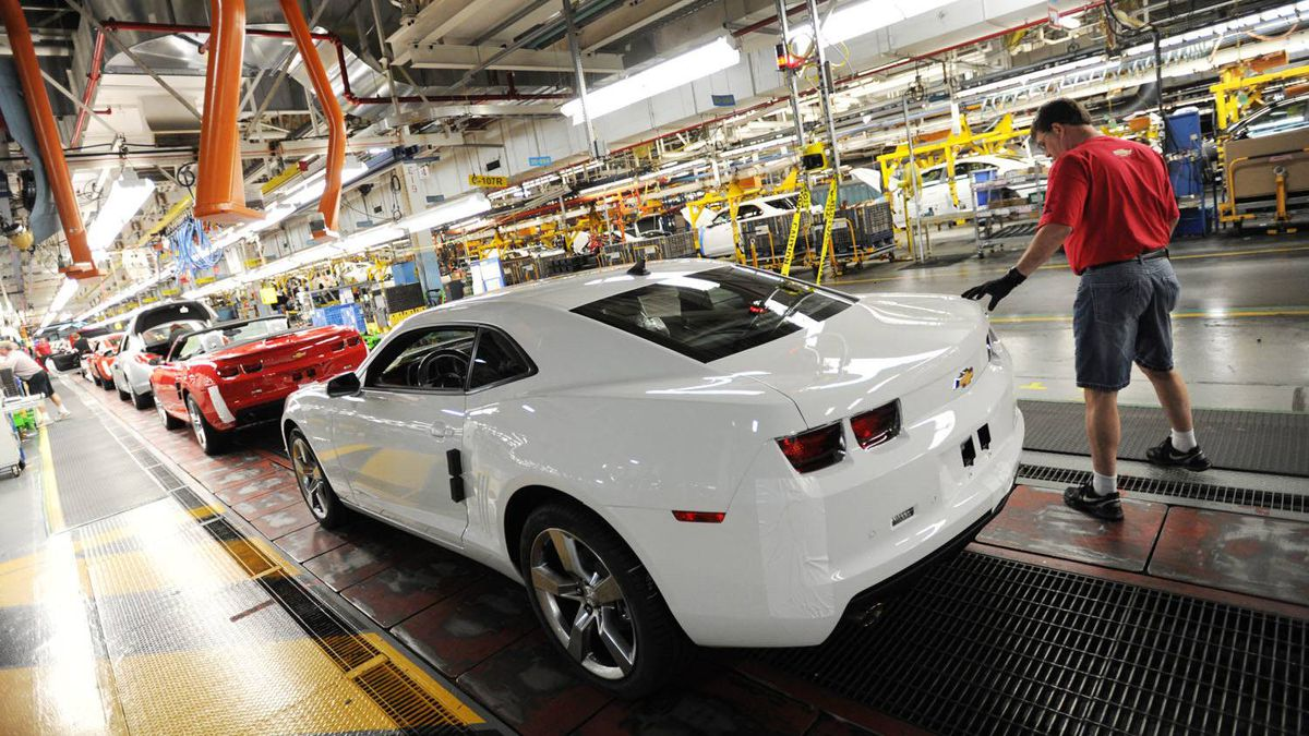 Workers on General Motors 'flex line' build automobiles in Oshawa, Ont. June 10/2011.