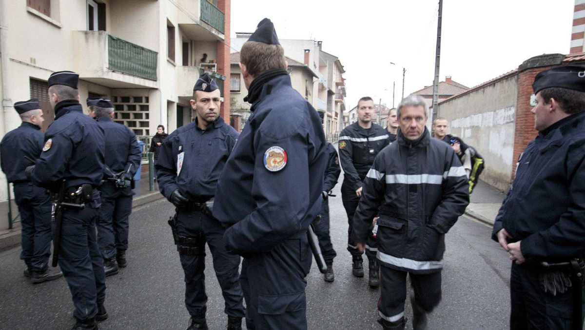 Police forces block a street during a raid on a house to arrest a gunman suspected of killing three children and a rabbi on Monday at a Jewish school in Toulouse March 21, 2012.