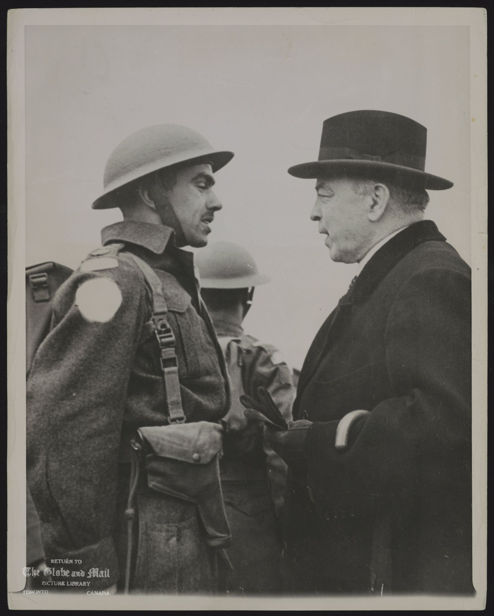 MACKENZIE KING VISITS CANADIAN TROOPS PRIME MINISTER MACKENZIE KING OF CANADA STOPS TO SPEAK WITH CAPT. F. MOUSSEAU, OF HULL, QUEBEC, IN HIS REVIEW OF CANADIAN TROOPS IN ENGLAND AFTER THE CONCLUSION OF HIS PARTICIPATION IN THE EMPIRE PREMIERS CONFERENCE IN LONDON. THIS IS AN OFFICIAL CANADIAN MILITARY PHOTO. ASSOCIATED PRESS PHOTO JC 11.41 PEW 5/23/44 LON-PL 6
