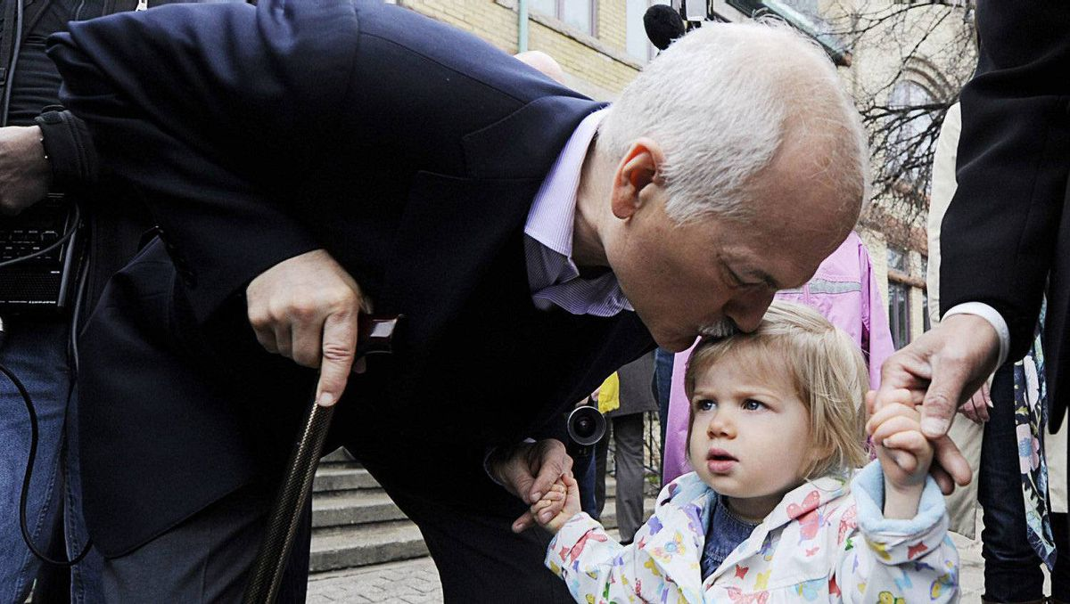 New Democratic Party (NDP) leader Jack Layton kisses his granddaughter Beatrice after casting their Federal Election ballots in Toronto, May 2, 2011.