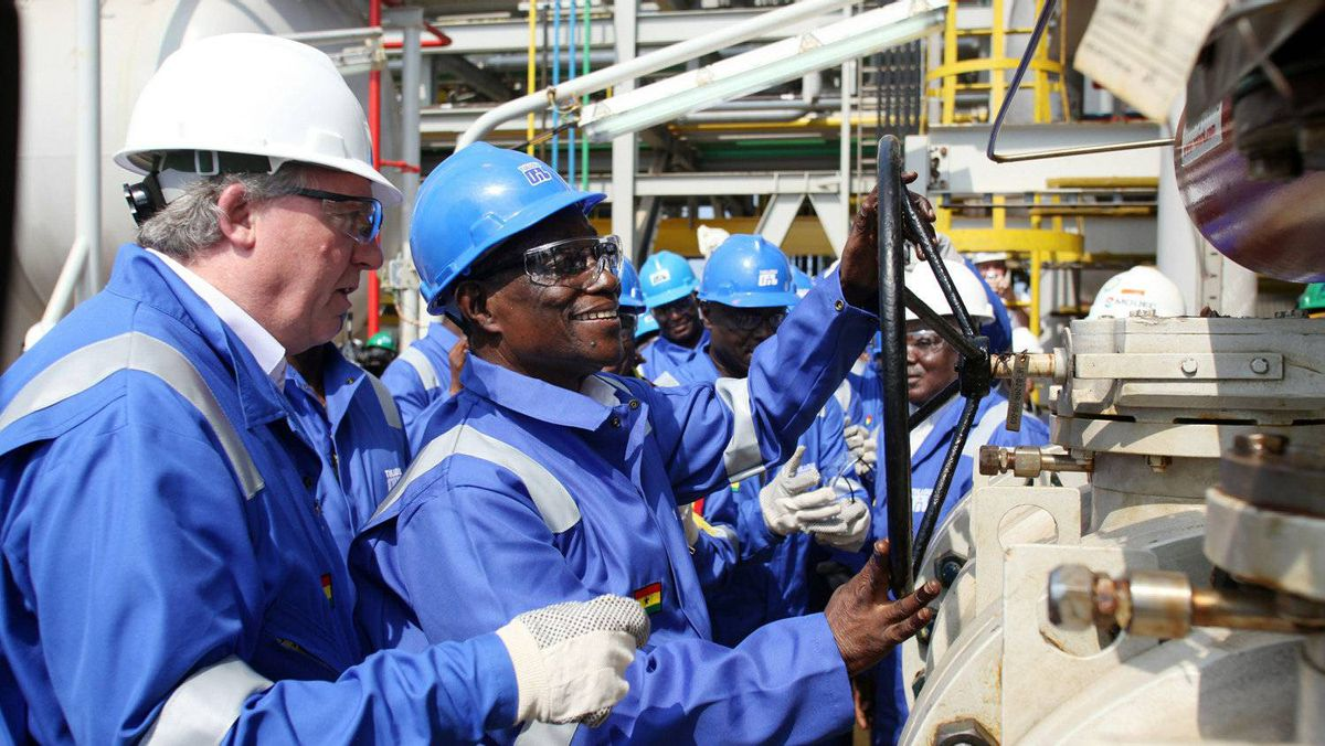 Ghanaian President John Atta Mills (2nd R) turns the valve to flag off first oil production at FPSO Kwame Nkrumah oil rig at the Jubilee field in Takoradi on Dec.15, 2010.