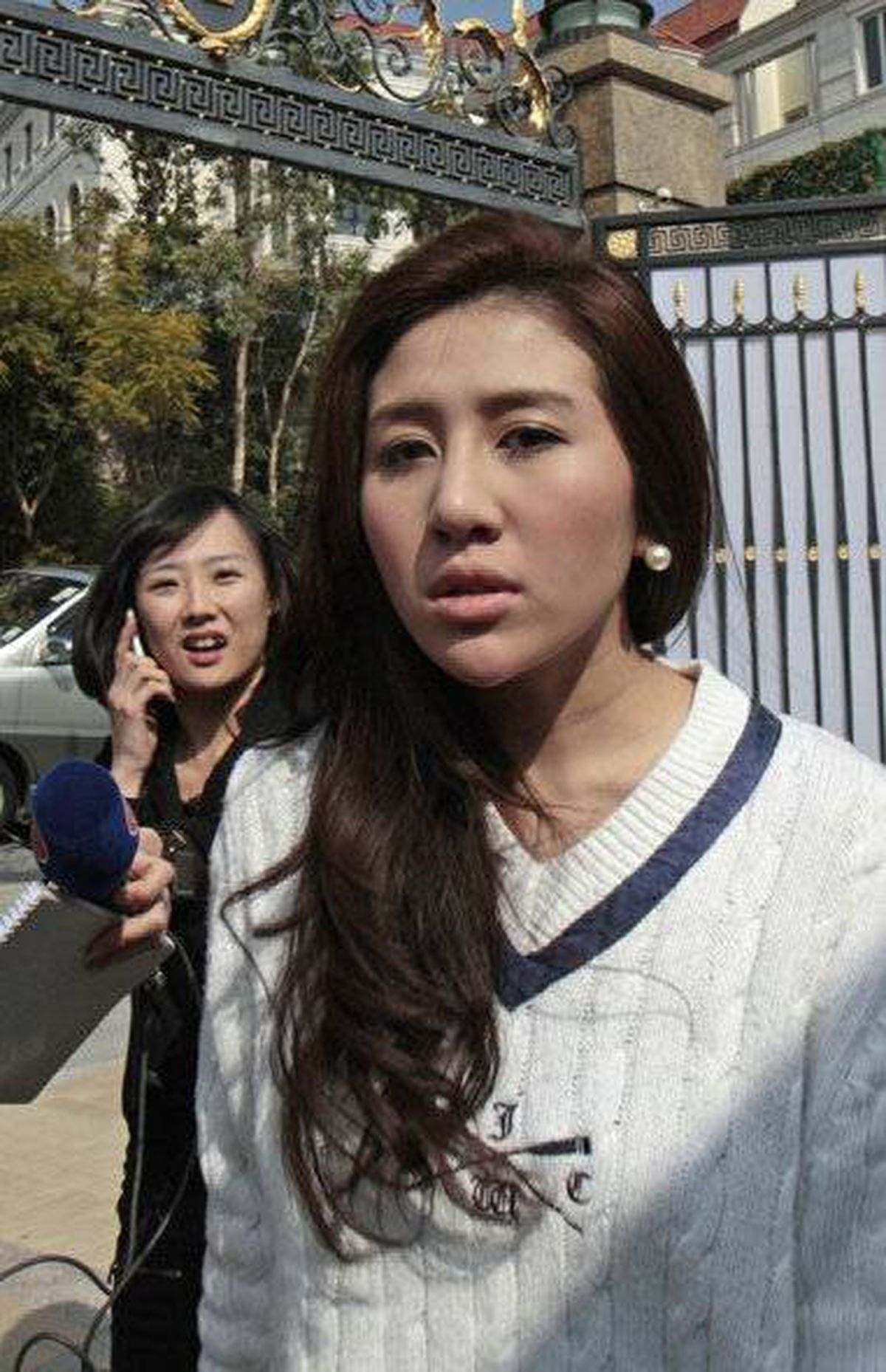 "Sabrina Ho, daughter of Macau tycoon Stanley Ho, arrives at the house of Chan Un-chan, Ho's third wife, in Hong Kong January 26, 2011. Ho backtracked from an accusation that his family had stolen shares in his business empire, saying on Tuesday the dispute was a result of a ""misunderstanding""."